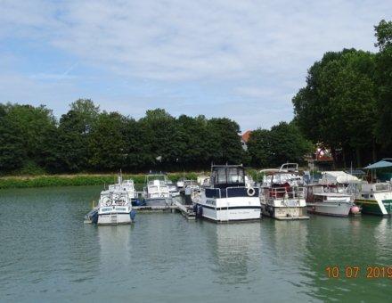 Auf dieses Bild sieht man einen Fluss und mehrere kleine Boote.