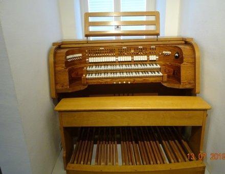 Auf dieses Bild befindet sich eine alte Orgel aus Holz.