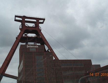 Diese Aufnahme zeigt die vordere Ansicht einer Kohlengrube. Man erkennt den Förderturm.