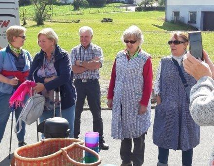 Hier sind der Busfahrer und die Teilnehmer abgebildet. Der Busfahrer lacht amüsiert beim Anblick der verkleideten Teilnehmerinnen.