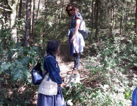 Dieses Bild zeigt Anna Grenze die einer Schmugglerin einen Weg durch den Wald zeigt.