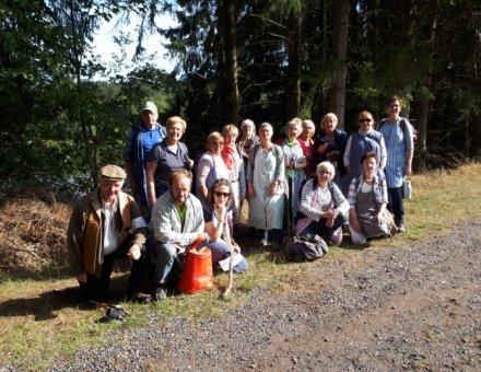 Dieses Bild zeigt die ganze Gruppe der Alteo Ehrenamtlichen nach der Schmugglertour. Sie sehen sehr glücklich aus.