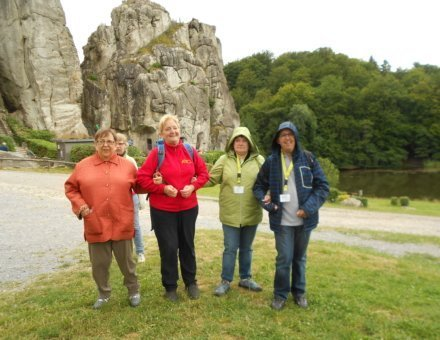 Dieses Foto ist ein Gruppenfoto. Die Teilnehmerinnen stehen vor einem Felsen