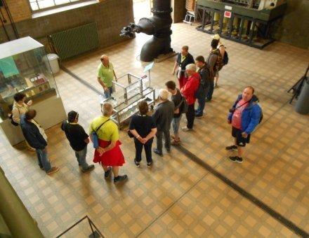 Hier wurde eine Aufnahme von oben gemacht. Man erkennt eine Gruppe, die eine Führung in Technikmuseum machen.