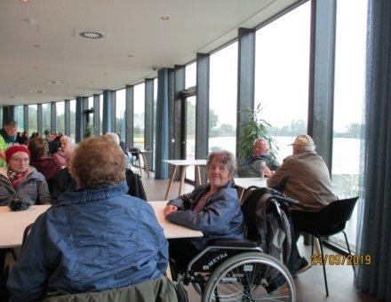 Hier sitzen die Teilnehmer gemütlich im Hotel und warten auf das weitere Programm.