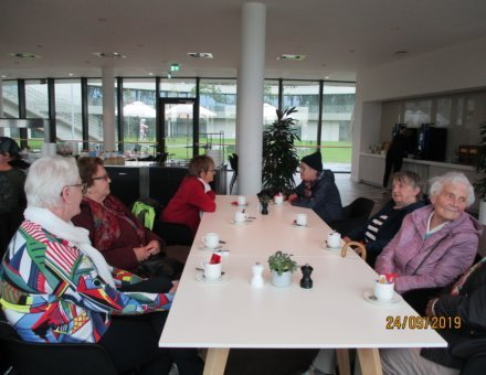Auf diesem Bild erkennt man einen Teil der Gruppe, die gemütlich zusammen sitzen und einen leckeren Kaffee geniessen.