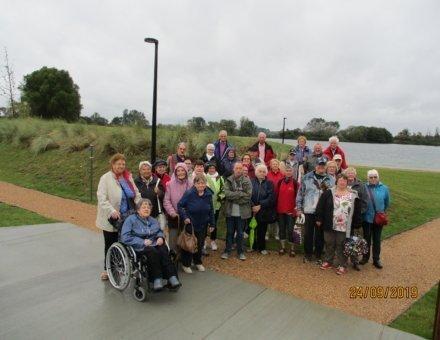 Dieses Foto zeigt die Teilnehmer bei einem Ausflug in die Natur. Der Himmel ist getrübt. Man erkennt einen grauen Himmel. Trotz des trüben Wetters, sehen die Teilnehmer glücklich aus.