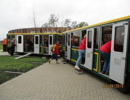 Auf diesem Bild erkennt man ein paar Teilnehmer, die in einen kleinen Zug eisteigen. Es ist der Start zu einem Ausflug um Blankenberge.