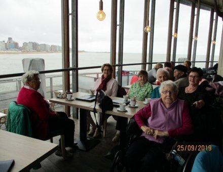 Hier sitzen die Teilnehmer gemütlich bei einer Tasse Kaffee, Sie haben einen Blick auf das Meer.