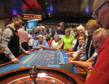 """Die Teilnehmer sind im Blankenberger Casino und spielen ganz konzentriert """"la roulette""""."""